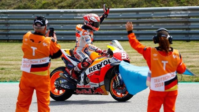 Marc Marquez merayakan kemenangan di MotoGP Jerman. Pebalap asal Spanyol itu selalu menang di MotoGP Jerman sejak 2013. (REUTERS/Fabrizio Bensch)