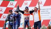 Ketika Valentino Rossi merayakan podium bersama Maverick Vinales, Marc Marquez merayakan kemenangan bersama ofisial Repsol Honda. Marquez kini unggul 46 poin atas Rossi memasuki paruh musim MotoGP 2018. (REUTERS/Fabrizio Bensch)
