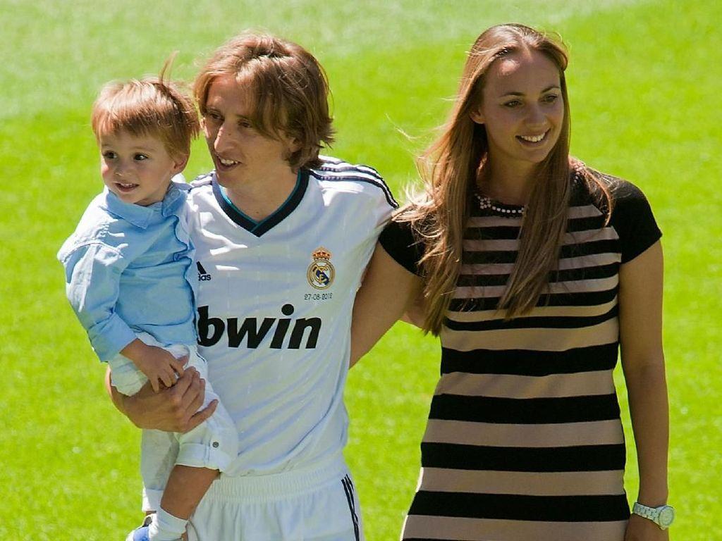 Pesona Vanja Bosnic, Istri dan Agen Kapten Timnas Kroasia Luka Modric