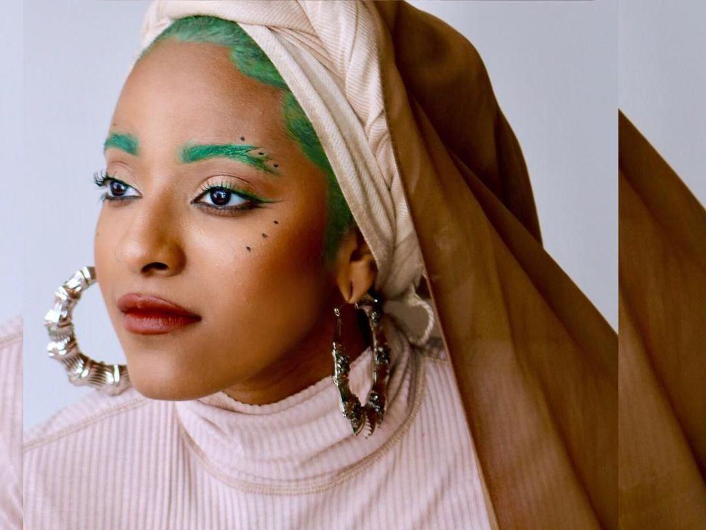 Foto: Uniknya Vlogger Hijab yang Hobi Warnai Alis, Biru hingga Ungu