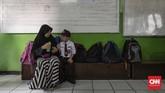 Orang tua yang mendampingi putra-putri mereka di hari pertama sekolah di SDN Kampung Melayu 01/02, Jatinegara, Jakarta Timur. (CNNIndonesia/Adhi Wicaksono).