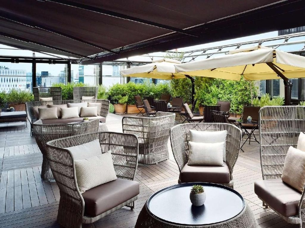 Karena letaknya di atas, restoran semi outdoor ini memiliki sofa hingga meja berwarna cokelat. Lengkap dengan kanopi dan beberapa tanaman yang membuat kesan asri. Foto: bulgarihotels