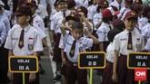 Siswa-siswi mengikuti upacara pada hari pertama sekolah di SDN Kampung Melayu 01/02, Jatinegara, Jakarta Timur. (CNNIndonesia/Adhi Wicaksono).