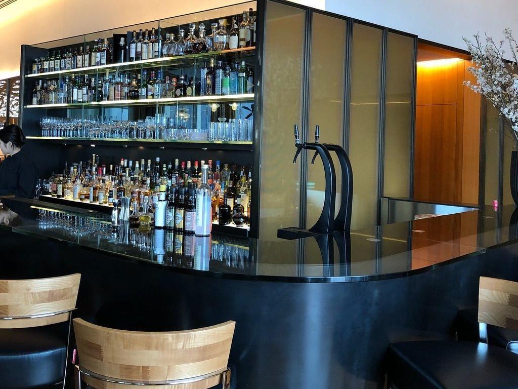 Terdapat mini bar yang menyediakan beragam whisky hingga wine berkualitas. Foto: Katelu0726
