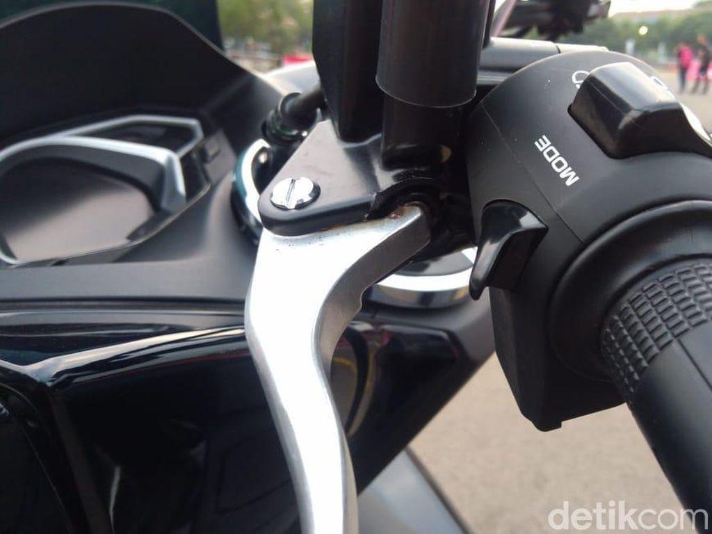 Honda PCX hybrid memiliki fitur riding mode yang terletak di handle grip sebelah kiri seperti yang berada di CBR250RR. Ada tiga pilihan yaitu idling, D atau Drive, dan S atau Sport. Untuk mengaktifkannya, cukup tekan sekali. Foto: Ruly Kurniawan