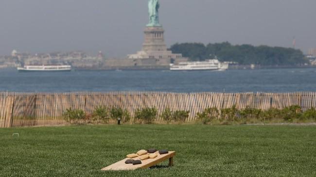 Dari Manhattan, tamu bisa menumpang kapal ferry menuju ke sini. Setibanya di area perkemahan, pemandangan utamanya ialah Patung Liberty dan