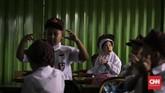 Para siswa-siswi baru saling bercengkrama di dalam kelas, pada hari pertama sekolah di SDN Kampung Melayu 01/02, Jatinegara, Jakarta Timur. (CNNIndonesia/Adhi Wicaksono).