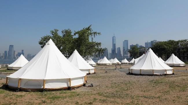 Pemandangan di perkemahan mewah (glamour camping/glamping) di Collective Retreats Governors Island, Manhattan, New York.