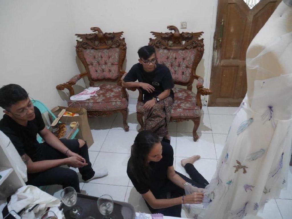 Foto: Saat Nadine Chandrawinata Ikut Menjahit Gaun Pengantin Uniknya
