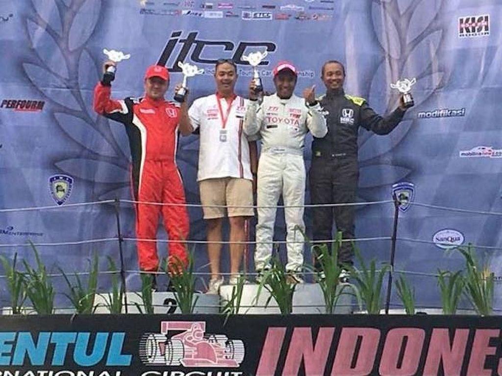 Ia tak saja mendapat perlawanan ketat dari Alvin Bahar (Honda Racing Indonesia) tapi juga dari Fitra Eri yang kini membela tim Honda Pekanbaru. Alvin akhirnya finis kedua setelah menyalib Fitra yg sebelumnya di tempat kedua. Gantian Fitra yg finis di posisi ketiga. Foto: dok. ISSOM