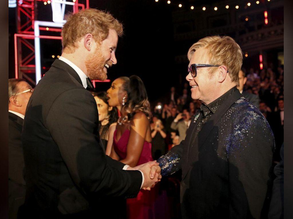 Bukan Nyanyi, Elton John Duet dengan Pangeran Harry untuk Berantas HIV