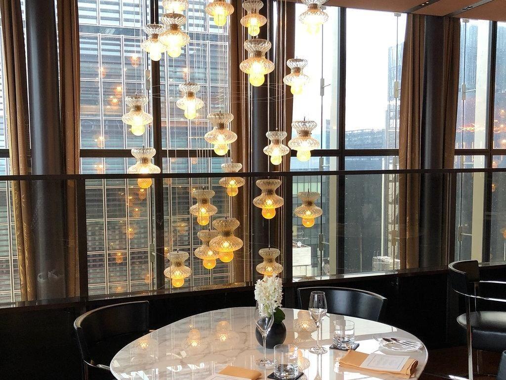 Bagian dalam restoran memiliki kesan mewah karena pemakaian lampu serta meja marmer mengkilap. Namun tetap menyuguhkan pemandangan gedung-gedung tinggi di Tokyo. Foto: Katelu0726