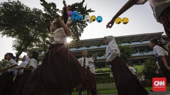 Suasana hari pertama sekolah di SDN Kampung Melayu 01/02, Jatinegara, Jakarta Timur. Senin, 16 Juli 2018. Hari ini merupakan hari pertama tahun ajaran 2018/2019. (CNNIndonesia/Adhi Wicaksono)