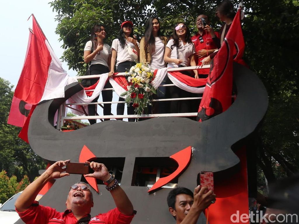 Iring-iringan rombongan long march itu juga ditemani mobil yang dihiasi dengan lambang banteng warna hitam dan corak merah PDIP. Di mobil itu juga dihiasi dengan bendera merah putih di sekelilingnya.
