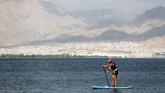 Seorang turis wanita melakukan kegiatan mendayung di Laut Merah, yang masuk dalam kawasan resor wisata Eilat, Israel.