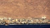 Pemandangan kota Aqaba di Yordania dari kawasan resor Eilat, Israel.Eilat merupakan salah satu kawasan resor populer di Israel. Tahun ini dibangun bandara internasional di sana demi meningkatkan jumlah kedatangan turis hingga tahun 2025.