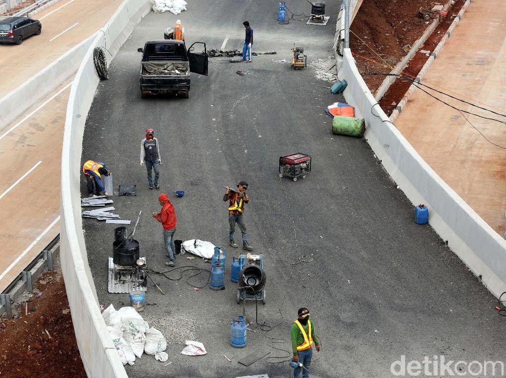 Pekerja melakukan proses pembangunan Tol Depok Antasari di Jakarta Selatan, Selasa (17/7/2018).