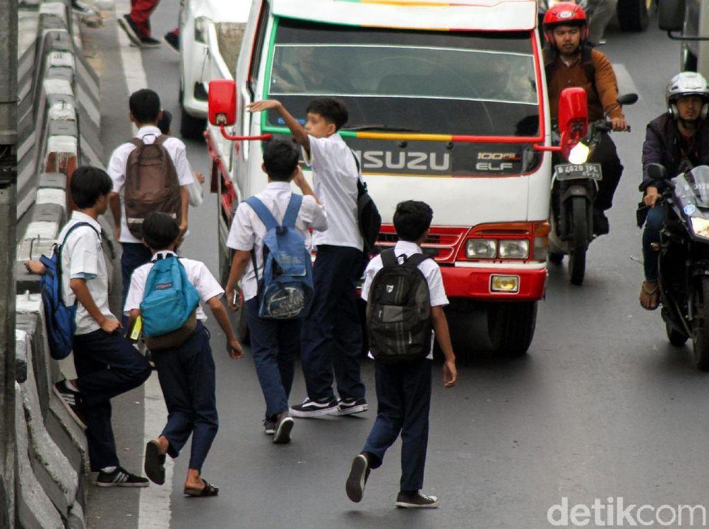 Tak jarang mereka memberhentikan mobil truk di tengah jalan untuk menumpang perjalanan dengan aksi koboi tersebut.