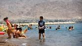 Kawasan resor Eilat memikat turis asal benua Eropa yang banyak datang saat negaranya dilanda musim dingin, alias akhir tahun.