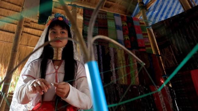 Baru beberapa tahun lalu suku itu lebih terbuka terhadap kehadiran orang luar. (REUTERS/Soe Zeya Tun)