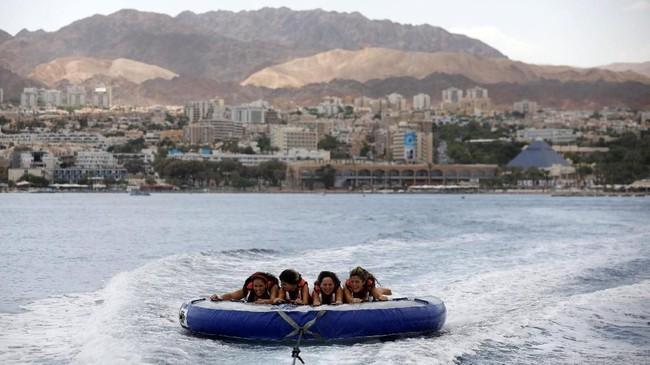 Setiap tahunnya Israel dikunjungi 3,6 juta turis. Eilat menjadi destinasi wisata populer di Israel selain Yerusalem. Khusus Eilat, sebanyak 1,4 juta turis datang setiap tahunnya.