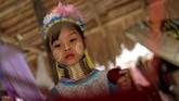 Bagusnya, hingga kini mereka masih mempertahankan budaya khas Kayan. Para wanitanya masih mengenakan cincin leher, yang sudah diberi sejak mereka berusia lima tahun. (REUTERS/Soe Zeya Tun)