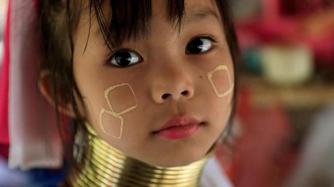 Di beberapa wilayah Thailand seperti Chiang Rai, suku itu pun bisa ditemukan. Namun mereka seakan sengaja dikelompokkan dalam pedesaan untuk 'dipamerkan' ke wisatawan. (REUTERS/Soe Zeya Tun)