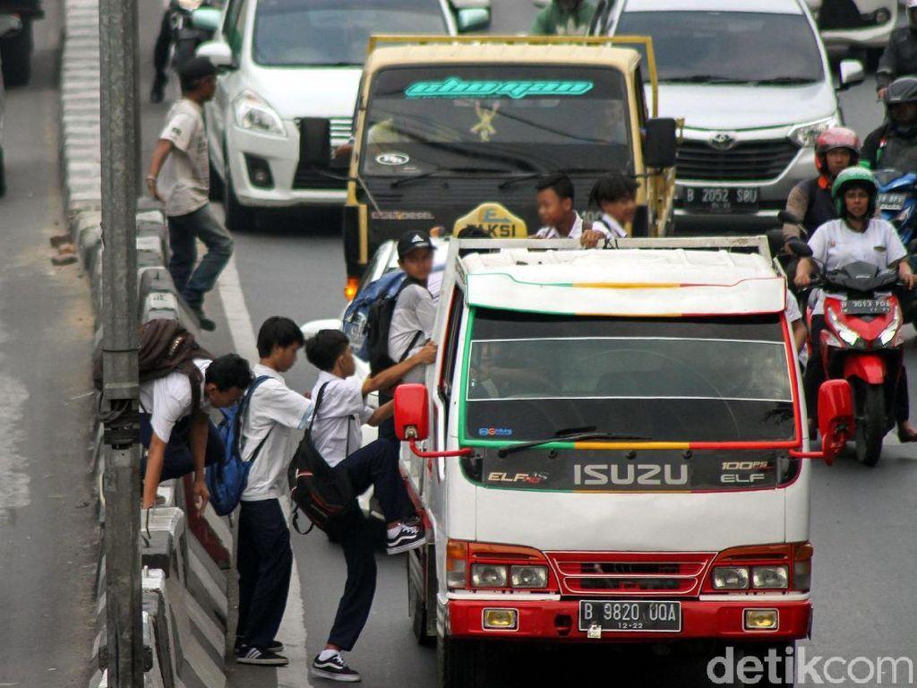 Aksi itu pun seringkali mengganggu pengguna jalan lainnya karena membuat jalan menjadi tersendat.