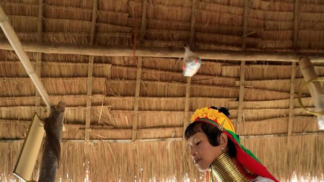 Definisi cantik bagi wanita suku Kayan tergantung pada seberapa banyak cincin yang melingkar di leher mereka. Suku Kayan dikenal sebagai 'kelompok berleher panjang.' (REUTERS/Soe Zeya Tun)