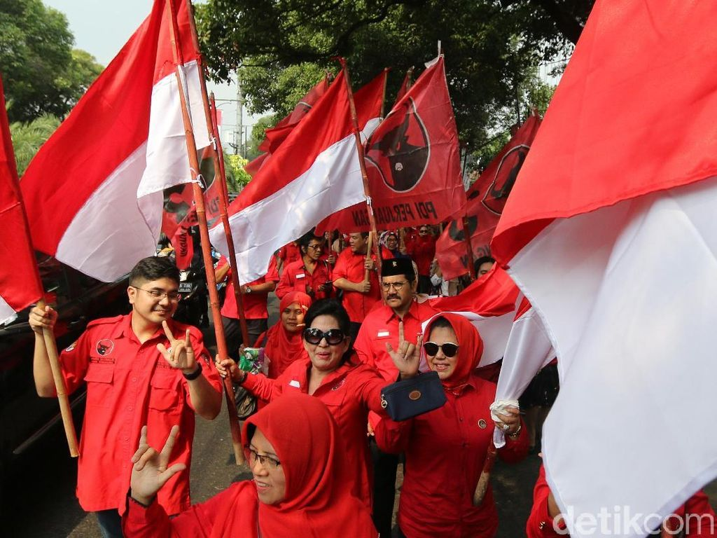Ratusan kader dan simpatisan PDIP melakukan long march menuju kantor KPU Pusat, Menteng, Jakarta Pusat.