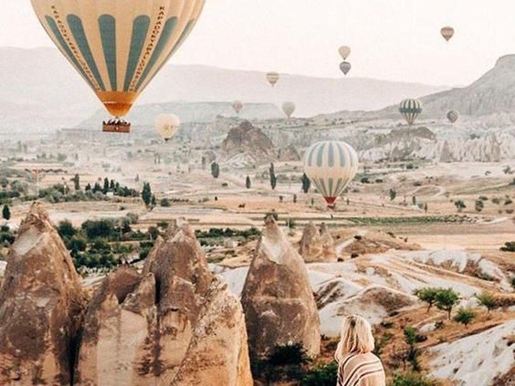 Cappadocia merupakan salah satu destinasi wisata paling diunggulkan bagi negara Turki saat ini. Daerah ini memiliki struktur berupa kota bawah tanah yang memiliki bangunan sampai dengan tingkat 11 ke bawah. Daerah ini pun hingga saat ini masih dihuni oleh banyak orang dan tak heran jika Cappadocia masuk dalam salah satu jajaran Unesco World Heritage Site.  Istimewa/Pinterest.