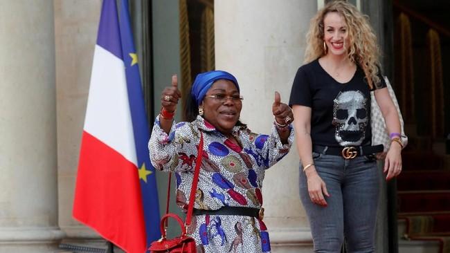 Ibunda Paul Pogba, Yeo Pogba (kiri), merupakan sumber kekuatan utama gelandang timnas Prancis itu dalam berkarier di sepak bola. (REUTERS/Philippe Wojazer)