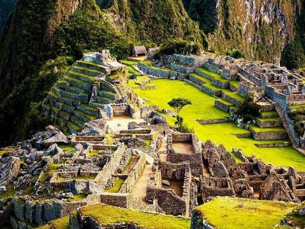 Machu Picchu menjadi saksi megahnya peradaban Inca di masa lalu. Terletak di sekitar Pegunungan Peru, tempat yang dibangun pada tahun 1450 ini menawarkan pemandangan alam yang indah dan dipadukan dengan kehebatan peradaban manusia di masa lalu. Istimewa/Pinterest.