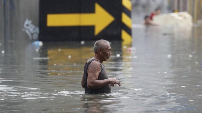 Banjir setinggi lutut dan pinggang di sejumlah area juga membuat warga tak bisa bekerja di pagi hari. (REUTERS/Erik De Castro)