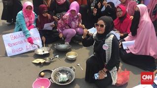 Harga Sembako Naik, Barisan Emak-Emak Militan Demo Jokowi