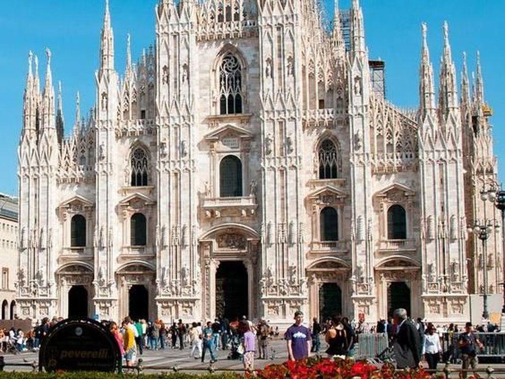 Milan Cathedral atau yang sering disebut oleh masyarakat setempat dengan nama Duomo di Milano ini merupakan katedral gothic terbesar di dunia. Terletak di Piazza del Duomo Kota Milan, katedral katholik terbesar kedua di dunia ini memiliki panjang hingga 157 meter dan mampu menampung sekitar 40.000 orang di dalamnya. Istimewa/Pinterest.