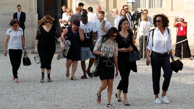 Lynda Nzonzi (tengah) menambah deret para istri atau kekasih (WAG's) pemain timnas Prancis di acara penyambutan juara Piala Dunia 2018 di Elysee Palace. (REUTERS/Philippe Wojazer)