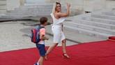 Istri dari Antoine Griezmann, Erika Choperena, tampak semringah menuju Elysee Palace untuk hadir dalam upacara penyambutan juara Piala Dunia 2018. (REUTERS/Philippe Wojazer)