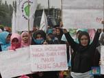 Ada Ibu-Ibu Demo Sambil Bawa Panci di Depan Istana Negara