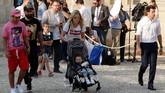 Camille Tytgat (tengah), istri Raphael Varane bersama anak dan sanak keluarga ikut merayakan pesta timnas Prancis juara Piala Dunia 2018. (REUTERS/Philippe Wojazer)