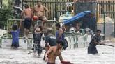Tiba sebelum fajar di Pulau Fuga di Cagayan, Badai Henry memaksa kelas-kelas dibatalkan di sejumlah area. (REUTERS/Erik De Castro)