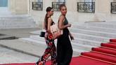 Sarah Tolisso (kanan), kekasih gelandang timnas Prancis Corentin Tolisso ikut hadir dalam upacara penyambutan di Istana Kepresidenan Elysee di Paris, Senin (16/7). (REUTERS/Philippe Wojazer)