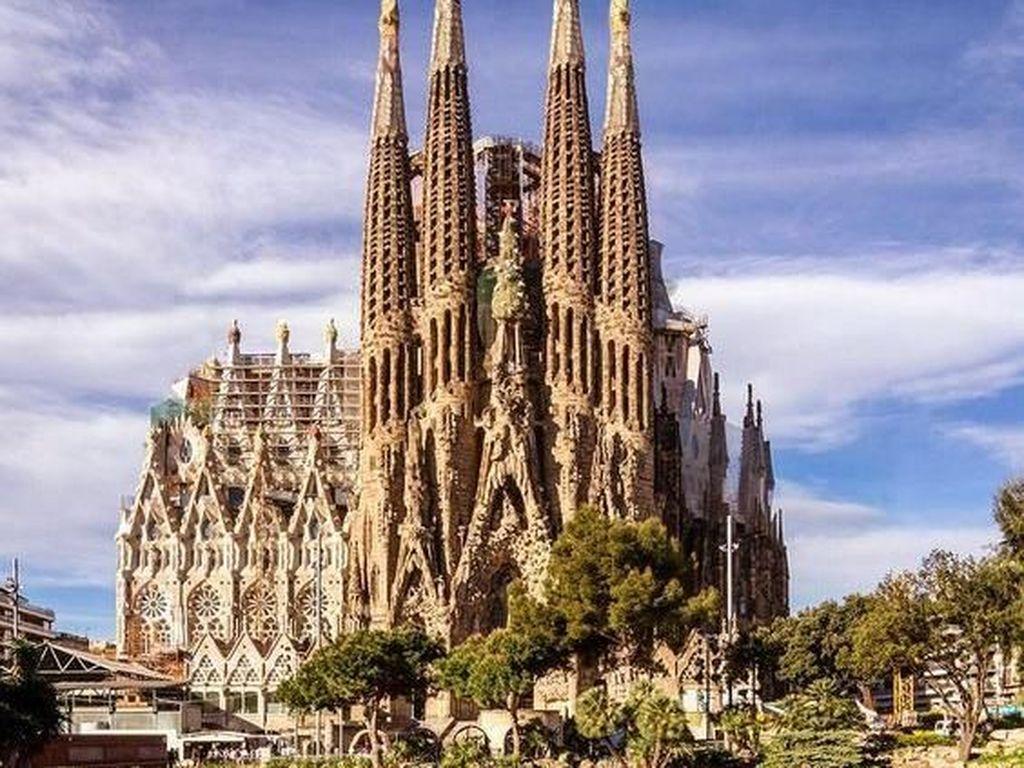 Katedral yang dirancang oleh arsitek visioner Antoni Gaudi ini menjadi situs wisata paling fenomenal di Spanyol dan menjadi rumah ibadah tertinggi di dunia. Pembangunan gereja ini pun masih dalam tahap penyelesaian yang terus dikerjakan pembangunannya sejak 1882. Istimewa/Pinterest.