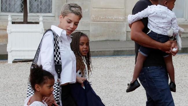 Isabelle Matuidi, istri Blaise Matudi bersama dengan anak-anak mereka tampak antusias menuju Elysee Palace. (REUTERS/Philippe Wojazer)