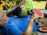 Pria Ini Pecahkan Rekor Potong Semangka Terbanyak Diperutnya