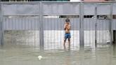 Warga juga diminta terus memantau ketinggian air dan waspada. (REUTERS/Erik De Castro)