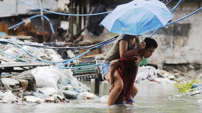 Ketinggian air sempat mencapai 18 meter dan pemerintah akhirnya melakukan evakuasi paksa terhadap warga di sepanjang sungai. (REUTERS/Erik De Castro)