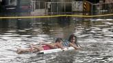 Warga Manila, Filipina, diminta mengevakuasi diri oleh aparat setempat setelah Badai Tropis Henry membawa hujan deras dan banjir. (REUTERS/Erik De Castro)