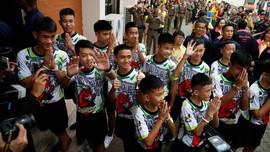 Tampil Perdana Sejak Bebas dari Gua, Remaja Thailand Ceria