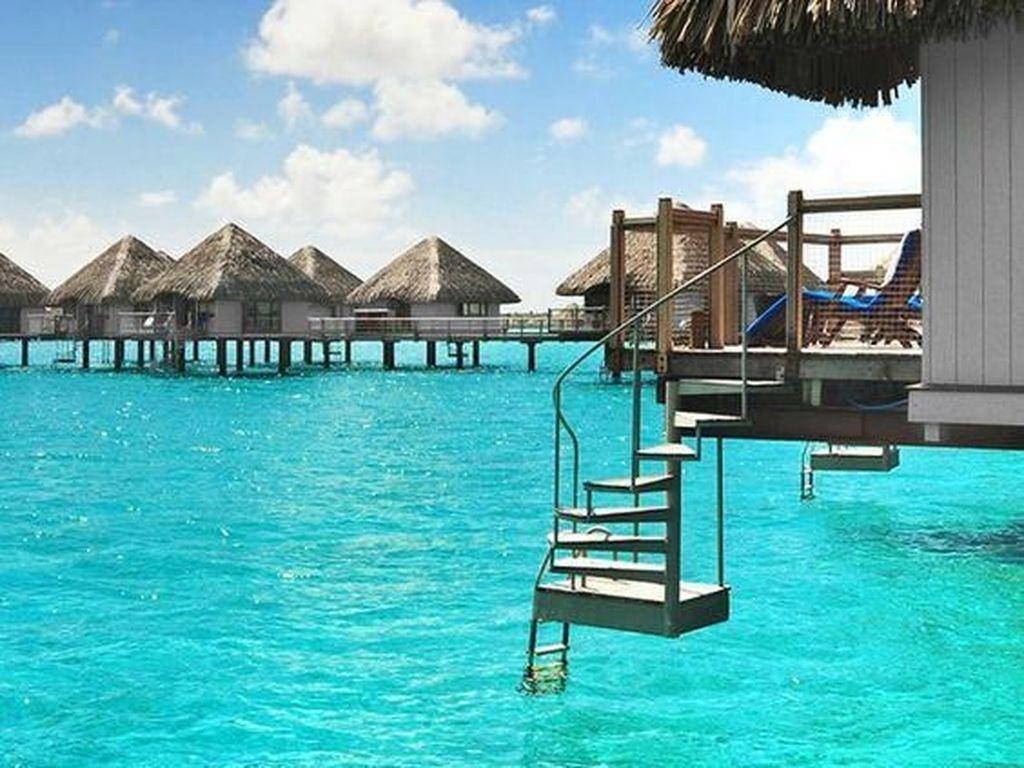 Bora Bora adalah sebuah pulau yang dahulunya adalah gunung berapi, yang kemudian tertidur dan membentuk karang penghalang. Pulau yang terletak di gugusan kepulauan Polinesia Perancis, Samudera Pasifik ini menjadi salah satu destinasi wisata laut yang paling banyak diminati karena keindahan alamnya. Ekosistem terumbu karang memungkinkan adanya air biru jernih dan gelombang batas karang yang melindungi aneka macam ekosistem laut. Istimewa/Pinterest.